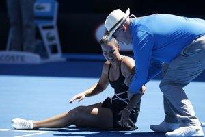 Jarmile Gajdošovej pomáha po nepríjemnom páde vstať čiarový rozhodca. Rodáčka z Bratislavy od roku 2007 reprezentuje Austráliu.
