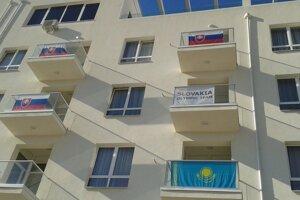 Pohľad na balkóny našich hokejistov. V hoteli sú spolu s Kazachmi.