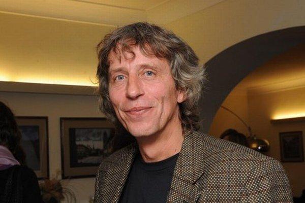 Víťo Staviarsky (1960) vyštudoval scenáristiku na pražskej FAMU, absolvoval viacero povolaní, momentálne podniká v oblasti obchodu. Debutoval  knihou Kivader, ktorá sa stala finalistkou Anasoft litery 2008.
