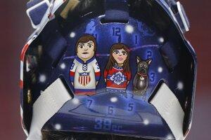 Maska amerického brankára Ryana Millera s matrioškami - jedna je on sám, druhá je jeho žena a tretia jeho pes.