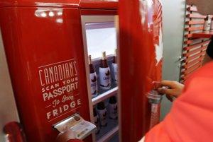 """V Kanadskom dome sa chladnička otvára na pas, vo vnútri sa ukrýva pivo zdarma. """"Kanaďania, pre otvorenie chladničky priložte váš pas,"""" píše sa na chladničke."""