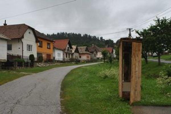 """Latrína v strede obce. Poslanec V. Šefčík sa rozhodol takto """"bojovať"""" proti čiernym stavbám."""