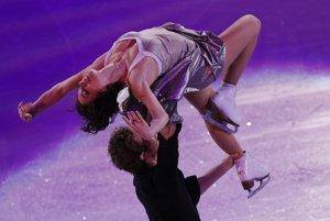 Francúzska dvojica Nathalie Péchalatová - Fabian Bourzat, štvrtá z tanečných párov, na ľade počas záverečnej exhibície.