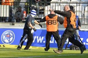 Fanúšikovia Slovana vtrhli na ihrisko.