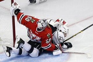 Brankár Chicaga Corey Crawford a Dustin Brown z LA.