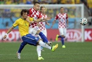 David Luiz (vľavo) v súboji s Ivicom Oličom.