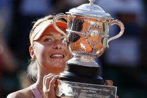 Maria Šarapovová s trofejou.