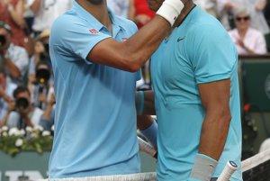 Novak Djokovič (vľavo) a Rafael Nadal tesne po skončení finále.