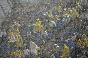 Dážď počas zápasu Mexiko - Kamerun.