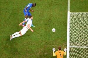 Balotelli prekonáva Harta.