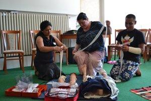 Rómovia sa učili poskytnúť prvú pomocDo rómskych osád a get pôjdu desiatky zdravotných asistentov. Majú najmä pomáhať lekárom pri práci s Rómami v problémových osadách, robiť zdravotnú a sexuálnu osvetu, pozývať na preventívne prehliadky a očkovania, merať tlak alebo teplotu. Nesmú pacientov liečiť, stanovovať diagnózy ani predpisovať lieky.