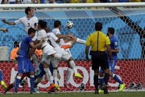 Diego Godin (vľavo hore) strieľa gól.