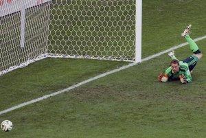 Nemecký brankár Manuel Neuer sleduje loptu po strele Gonzala Higuaina.