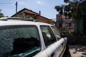 Po Rómoch v Hornej Kráľovej strieľali zo samopaluPolícia pátra po páchateľoch incidentu, pri ktorom sa nadránom okolo 3:00 strieľalo v obci Horná Kráľová v okrese Šaľa. Pred domom 35-ročného muža zastavilo auto, z ktorého vystúpili páchatelia a poliali bránu rodinného domu neznámou látkou. Po chvíli prišlo pred dom ďalšie vozidlo, doposiaľ neznámy páchateľ z neho viackrát vystrelil na auto Ford Mondeo, ktoré mal majiteľ zaparkované pred domom. Bratislava, 31. júl 2013.