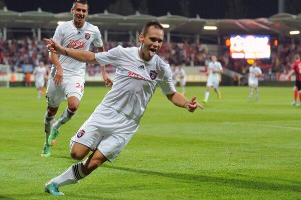 Martin Mikovič oslavuje gól.