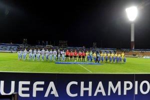 Hráči Slovana (vľavo) a BATE pred začiatkom prvého zápasu play-off Ligy majstrov.