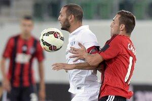 Yassine Chikhaoui (vľavo) a Jose Casado počas odvety play-off Európskej ligy.