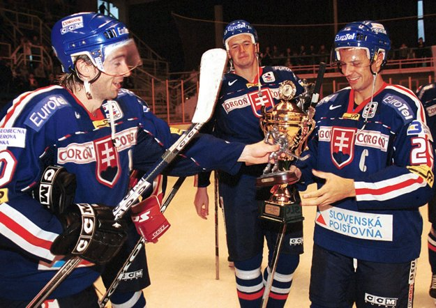 Turnaj Poisťovňa Tatra Cup 2001 vyvrcholil v sobotu 1. septembra 2001 v Piešťanoch finálovým zápasom, v ktorom zvíťazilo Slovensko nad Nemeckom 4:0 a stalo sa tak víťazom turnaja. Zľava Miroslav Hlinka, Richard Šechný a kapitán slovenského družstva Ján Pardavý sa tešia zo zisku zlatého poháru.