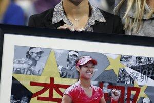 Na Li  drží obraz počas jej špeciálnej rozlúčky na turnaji  China Open v Pekingu 30. septembra 2014.