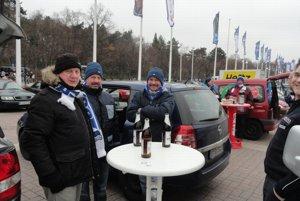 Fanúšikovia Herthy pred zápasom na obrovskom parkovisku.