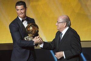 Cristiano Ronaldo a prezident FIFA Sepp Blatter.