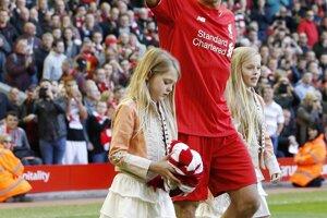 Steven Gerrard pred zápasom vstúpil na trávnik v sprievode svojich dcér.