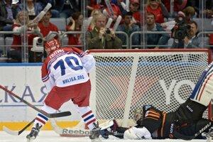 Vladimir Putin strieľa jeden zo svojich ôsmich gólov.
