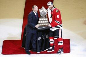 Obranca Chicaga Duncan Keith si od komisára NHL Garyho Bettmana preberá Conn Smythe Trophy pre najužitočnejšieho hráča play-off. Na Svetovom pohári ale Kanade nepomôže.