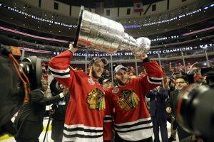 Dve hviezdy Chicaga Jonathan Toews a Patrick Kane si zodvihli pohár nad hlavu spoločne.