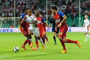 Jairo da Silva (s číslom 11) sa snaží prejsť cez prehustenú obranu súpera, križuje ho Paul Papp (s číslom 6).