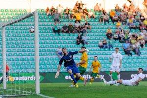 Matej Jelič (za brankárom súpera) strieľa hlavou úvodný gól stretnutia.