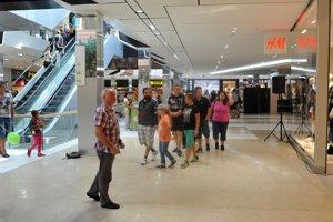 Prví návštevníci si obzerajú priestory nákupného centra City Aréna.
