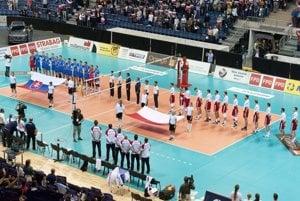 Mužstvá sú nastúpené na palubovke pred začiatkom zápasu, hráči počúvajú národné hymny.