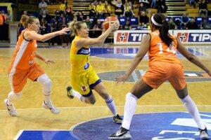 Medzi dvoma hráčkami súpera sa pokúša presadiť Zuzana Žirková.