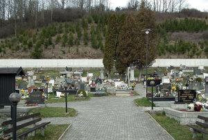 Na cintoríne sa nachádza päť reproduktorov, šiesty obec osadila na dom smútku.
