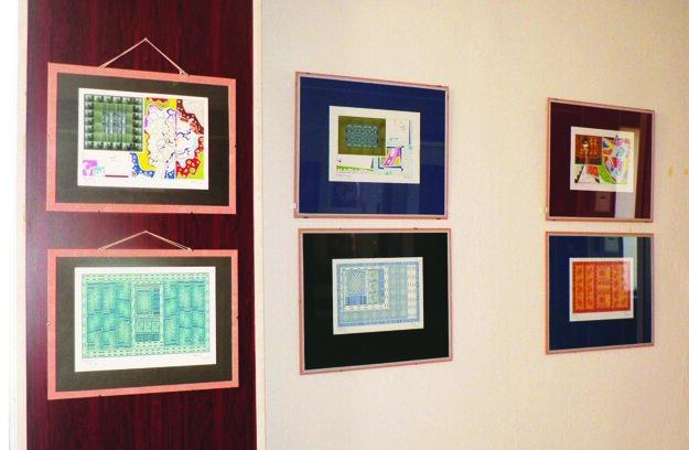 Ponúka súbor 40 fotokoláží v pasparte a skle.