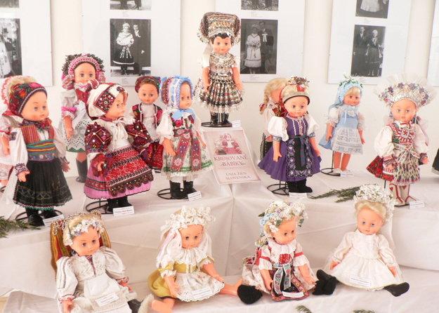 Krojované bábiky z Únie žien Slovenska.