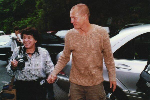 Zuzana Mináčová s Woodym Harrelsonom na festivale v Karlových Varoch.