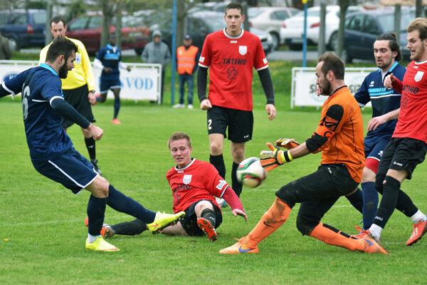 Rezerva ViOnu porazila ČFK Nitra 4:0. Na snímke zakončuje Michal Kováč (vľavo).