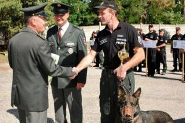 Pes Bond si so psovodom, čadčianskym policajtom Mariánom Boháčikom, výborne rozumie. Na konte majú už nejedno víťazstvo.