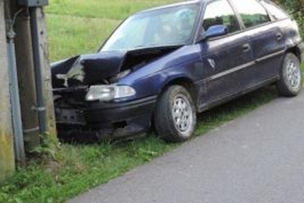 Dvadsaťročný mladík bez vodičského preukazu havaroval. Policajti mu namerali aj alkohol.