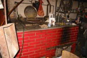 Pri domovej prehliadke rodinného domu v Nesluši našli žilinskí colníci v garáži profesionálne vyrobenú nelegálnu pálenicu.