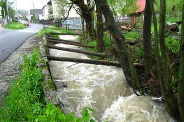 Obyvatelia Turzovky – Hlineného sa obávajú väčších zrážok. Dôvodom je nezregulovaný potok.
