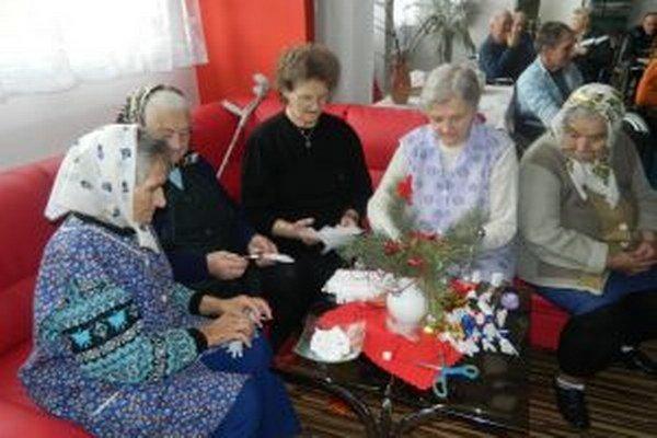 Obyvatelia zariadení prežívajú Vianoce ako veľká rodina.