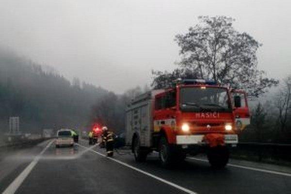 Nehodu odstraňujú hasiči z Kysuckého Nového Mesta.
