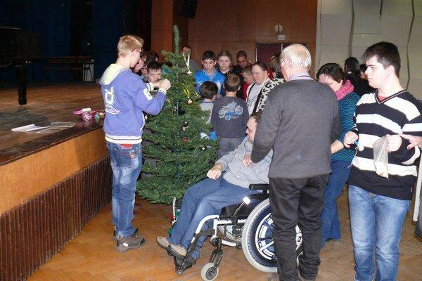 Stružielkáči si ozdobili aj vianočný stromček.