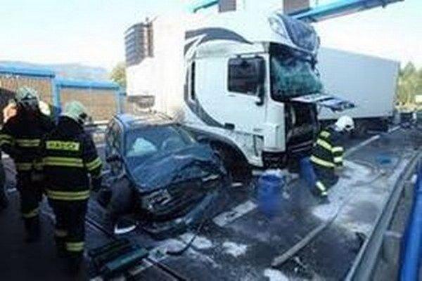 Pri tuneli došlo k zrážke kamióna a osobného motorového vozidla.