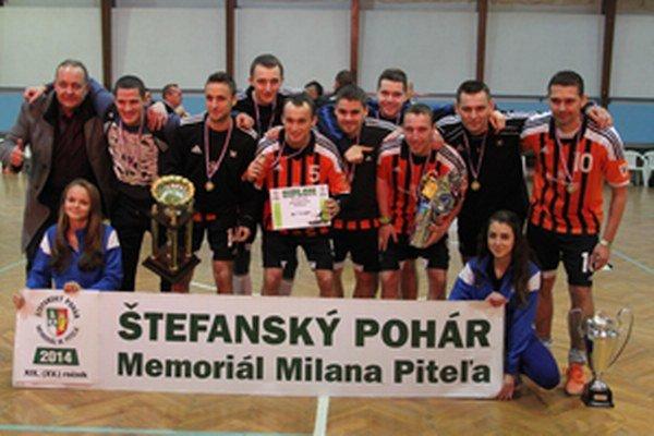 Športovú kvalitu Štefanského pohára v Čadci dokumentujú jeho víťazí. Na snímke minuloroční zlatí medailisti Slovmatic FOFO Bratislava, futsalový tím, ktorí v tejto sezóne vo futsalovej Lige majstrov zdolal aj slávnu Benficu Lisabon.