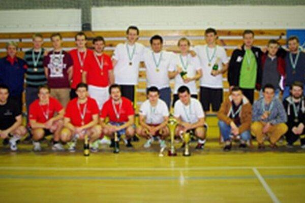 Medailisti 8. ročníka Vianočného turnaja absolventov Gymnázia J.M. Hurbana v Čadci.