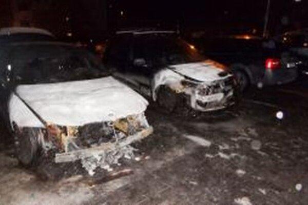 Požiar dvoch áut sa snažili dnes ráno uhasiť žilinskí hasiči.